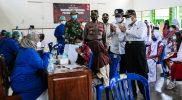 Bupati Kulonprogo Drs H Sutedjo didampingi Asisten Pemerintahan dan Kesra Sekretaris daerah Drs Jazil Ambar Was'an beserta jajaran melakukan peninjaunan vaksinasi Covid-19. (Foto: Humas Kulonprogo)