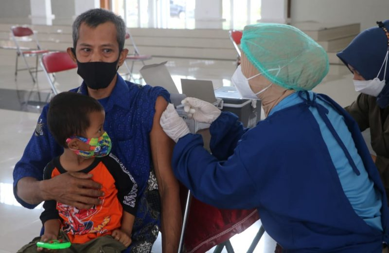 Vaksinasi bagi pelaku seni budaya yang digelar Kundha Kabudayan Kulonprogo. (Foto: Humas Kulonprogo)