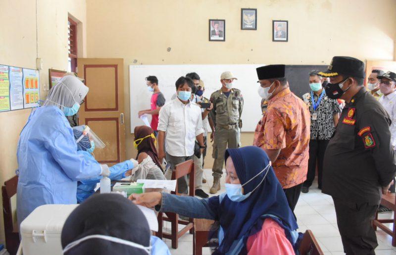 Wakil Bupati Pekalongan, Riswadi, saat meninjau kegiatan Serbuan Vaksinasi di Desa Srinahan. (Foto: Diskominfo Pekalongan)