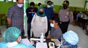Heroe Poerwadi saat meninjau vaksinasi Covid-19 warga Kelurahan Tegalrejo di SMPN 7 Yogyakarta. (Foto: Humas Pemkot Surakarta)