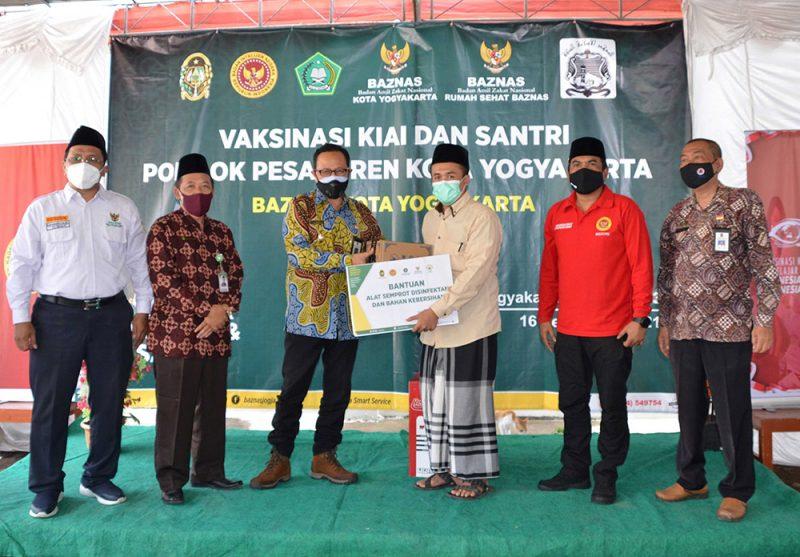 Vaksinasi bagi kyai dan santri di Pondok Pesantren Al-Luqmaniyyah Pandeyan Yogyakarta. (Foto: Humas Pemkot Yogya)
