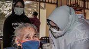 Sebagai vaksinator, Bupati Yuni mengapresiasi warga lansia Desa Slendro karena punya semangat tinggi untuk divaksin. (Foto: Diskominfo Sragen)