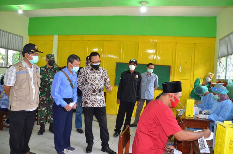 Wakil Walikota Yogyakarta Heroe Poerwadi saat meninjau vaksinasi Covid-19 di SDN Tegalrejo I. (Foto: Humas Pemkot Yogya)