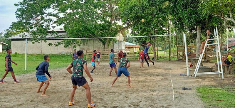 Salah satu olahraga yang diminati masyarakat disetiap sore hari yaitu bermain bola voli di lapangan Voli Kampung Workwana, Distrik Arso, Kabupaten Keerom. (Foto: Pen Satgas Yonif Mekanis 403/WP)