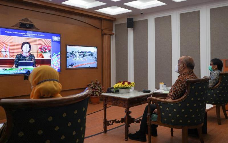 Wakil Gubernur DIY KGPAA Paku Alam X menghadiri Rakernas Akuntansi dan Pelaporan Keuangan Pemerintah Tahun 2021 secara daring pada Selasa (14/9/2021) di Ruang IDMC, didampingi Inspektur DIY Wiyos Santoso dan Kabid Akuntansi BPKA DIY Endrawati Utami.