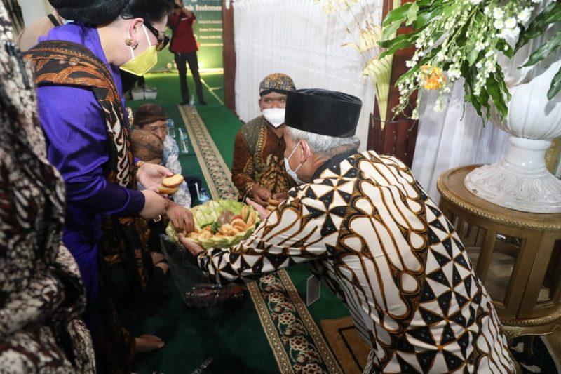 Ganjar Pranowo berharap tradisi Grebeg Apem Yaaqowiyyu tetap lestari. Tahun depan, ia berharap tradisi ini bisa digelar seperti sebelum pandemi. (Foto: Humas Jateng)