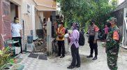 Serma Mulyono mendampingi petugas kesehatan laksanakan tracing. (Foto: Koramil Tegalrejo)