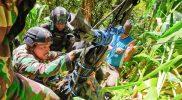 Gabungan prajurit Satgas TNI dari Yonif 751 VSJ dan Yonmek 403/WP berusaha mengevakuasi korban meninggal akibat kekejaman kelompok bersenjata di Papua. (Foto : Penerangan Kolakopsrem 172/PWY)