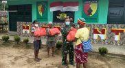 Warga perbatasan Papua-PNG menerima bantuan sembako dari prajurit Yonmek 512/QY. (Foto: Penerangan Yonmek 512/QY)