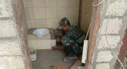 Prajurit Yonmek 512/QY tengah mengerjakan bangunan kamar mandi. (Foto: Penerangan Yon 512/QY)