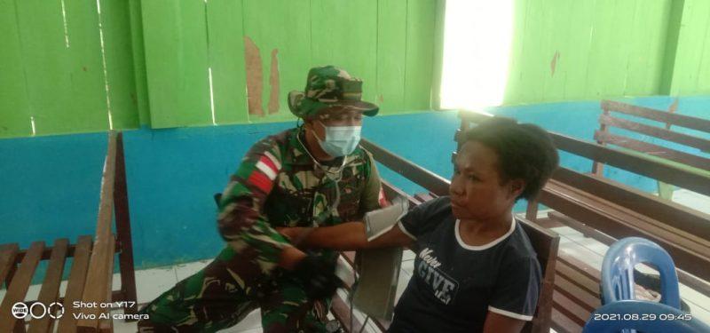 Prajurit kesehatan Yonmek 403/WP berikan layanan kesehatan kepada warga perbatasan. (Foto: Penerangan Yonmek 403/WP)