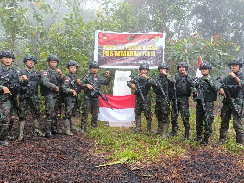 Prajurit Yonmek 403/WP tiba di patok perbatasan RI-PNG. (Foto: Penerangan Yonmek 403/WP)