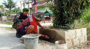 Prajurit Yonmek 403/WP membuat pot dan tanaman hias di jalur trans Papua. (Foto: Penerangan Yonmek 403/WP)