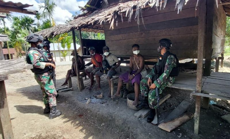 Prajurit Yon 512/QYkunjungi warga dan mengimbau agar disiplin prokes.  (Foto: Penerangan Yon 512/QY)
