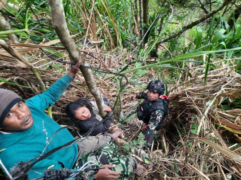 Personel Yonmek 403/WP berhasil mengevakuasi korban selamat. (Foto: Penerangan Satgas Yonif Mekanis 403/WP)
