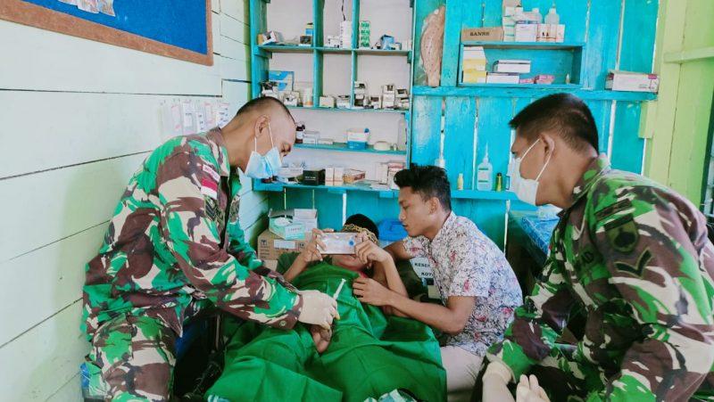 Tim kesehatan Yon 403/WP sedang mengkhitan anak-anak perbatasan Papua.  (Foto: Penerangan Yon 403/WP)