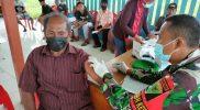 Warga perbatasan mendapat vaksin dari Satgas Yon 403/WP. (Foto: Penerangan Yon 403/WP)