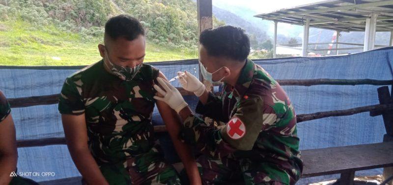 Prajurit Satgas Yonmek 403/WP terima vaksin tahap dua.  (Foto: Penerangan Yon 403/WP)