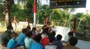 Prajurit Yon 512/QY berikan pelajaran tambahan anak-anak perbatasan. (Foto: Penerangan Yon 512/QY)