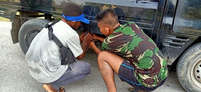 Prajurit Yonmek 403/WP bantu atasi kesulitan warga.  (Foto: Penerangan 403/WP)