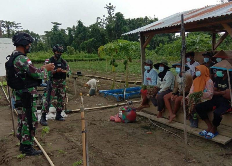 Prajurit Yonmek 512/QY memberikan penyuluhan kepada para petani.  (Foto: Penerangan Yonmek 512/QY)