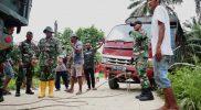 Prajurit Yonmek 403/WP bantu evakuasi truk yang terperosok. (Foto: Penerangan Yon 403/WP)