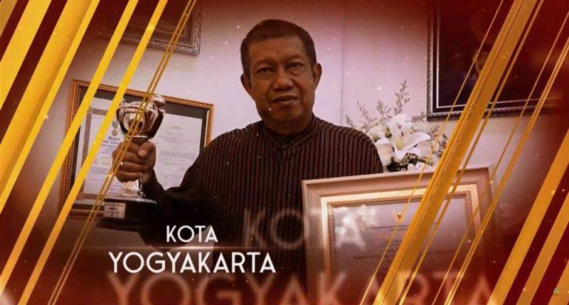 Walikota Yogyakarta Haryadi Suyuti dan penghargaan Anugerah Parahita Ekapraya 2020 untuk kategori Madya dari Kementerian Pemberdayaan Perempuan dan Perlindungan Anak Republik Indonesia. (Foto:Dok Humas Pemkot Yogya)