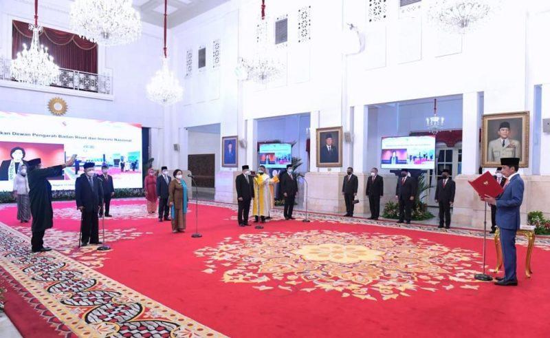 Presiden Joko Widodo melantik dan mengambil sumpah jabatan Dewan Pengarah Badan Riset dan Inovasi Nasional (BRIN) di Istana Negara, Jakarta, Rabu (13/10/2021). (Foto: BPMI)