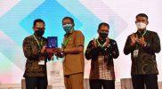 Walikota Yogyakarta Haryadi Suyuti menyerahkan kenang-kenangan pada narasumber Indo Smart City Forum & Expo. (Foto: Humas Pemkot Yogya)
