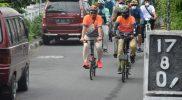 Usai dilepas oleh Wakil Walikota Yogyakarta, Heroe Poerwadi, rombongan gowes Walikota se-Indonesia ini langsung menyusuri perkampungan serta objek objek wisata andalan Kota Yogya. (Foto: Humas Pemkot Yogya)