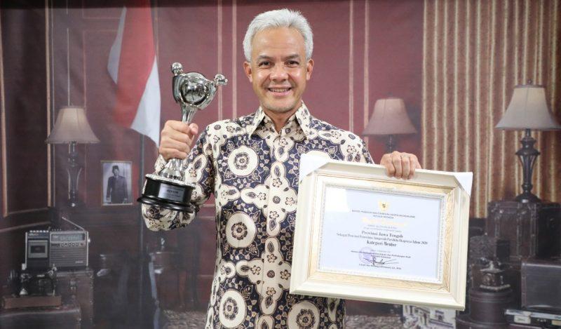 Gubernur Jawa Tengah Ganjar Pranowo dengan penghargaan Anugerah Parahita Ekapraya (APE) tahun 2020, kategori tertinggi, yakni mentor. (Foto: Diskominfo Jateng)