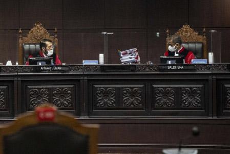 Suasana persidangan saat Ketua Majelis Hakim Mahkamah Konstitusi (MK) Anwar Usman (kiri) berbincang dengan anggota Majelis Hakim MK Saldi Isra dalam salah satu sidang di MK. (ANTARA FOTO/Aprillio Akbar/aww)