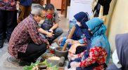 Bupati Bantul H Abdul Halim Muslih berdialog dengan perajin jamu di Kiringan, Kalurahan Canden, Kapanewon Jetis, Bantul. (Foto: Humas Kab Bantul)