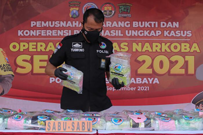 Polisi menata barang bukti sabu saat pemusnahan barang bukti narkoba dan mengungkapkan Operasi Tumpas Narkoba Semeru di Polrestabes Surabaya, Jawa Timur, Jumat (24/9/2021). (ANTARA FOTO/Didik Suhartono)