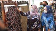 Bupati Sleman Kustini Sri Purnomo melihat salah satu batik karya perajin batik Sleman yang dipajang di acara Gebyar Batik Sleman 2021. (Foto: MC Kab Sleman)