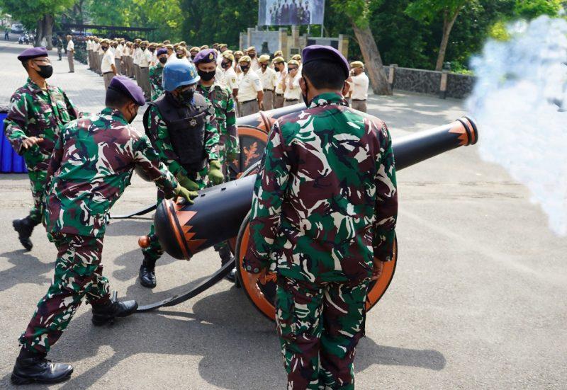 Dentuman Gun Salute Meriam 40 mm khas Arsenal diberikan sebagai bentuk penghormatan terhadap Perwira Tinggi (Pati) TNI AL. (Foto:Foto Dispenal)