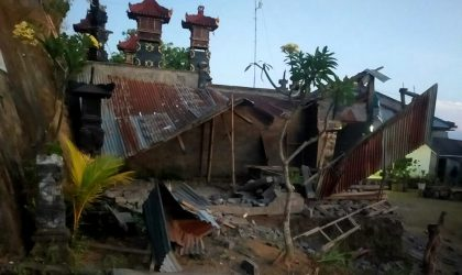 Bangunan runtuh akibat gempa bumi berkekuatan M 4,8 terjadi 8 km barat laut Karangasem, Sabtu (16/10), pukul 03.18 WIB. (Foto: BNPB)