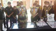 Menparekraf Sandiaga Salahuddin Uno menandatangani porasasti Desa Wisata Karanganyar di Balkondes Karanganyar, Selasa (12/10/2021). (Foto:humas/beritamagelang)