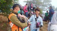 Masih banyak masyarakat tak patuh prokes saat mengunjungi objek wista Dieng Wonosobo. Sebanyak 230 orang terjaring opoerasi prokes yang dilakukan Satpol PP setempat pada Minggu (17/10/2021). Petugas tak segan-segan menegur dan memberikan masker bagi yang tak membawa. (Foto:Diskominfo Wonosobo)