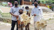 """Warga Gunung Bakal membawa """"Lenteng"""" setelah dilakukan doa bersama. (Foto: MC Kab Magelang)"""