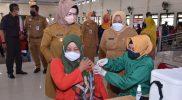 Bupati Sukoharjo Etik Suryani melakukan pantauan vaksinasi di Graha PGRI, Senin (18/10/2021). (Foto: MC Kab Sukoharjo)