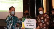 Wakil Walikota Yogyakarta Heroe Poerwadi secara simbolis memberikan bantuan dari BAZNAS Kota Yogyakarta untuk mendukung program pemerintah dalam pencegahan Covid-19. (Foto: Humas Pemkot Yogya)