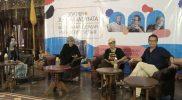 Dedet Setiadi (kanan) dalam launching antologi puisi 'Apokalipsa Kata' dalam peringatan HUT ke-10 Sastra Bulan Purnama. (Foto:istimewa)
