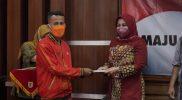 Bupati Klaten Sri Mulyani menyerahkan tali asih kepada atlet PON XX Papua asal Klaten. (Foto: Diskominfo Klaten)