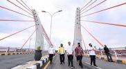 Presiden Joko Widodo usai meresmikan jembatan Sei Alalak yang menghubungkan Kota Banjarmasin dan Kabupaten Batola. (Foto: MC Kalsel)