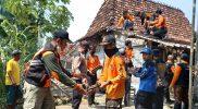 BPBD Kabupaten Kudus bersama pihak terkait bergotong royong membenahi atap rumah warga di Kecaatan Undaan yang terdampak angin kencang, Jumat (22/10). (Foto:BPBD Kabupaten Kudus)