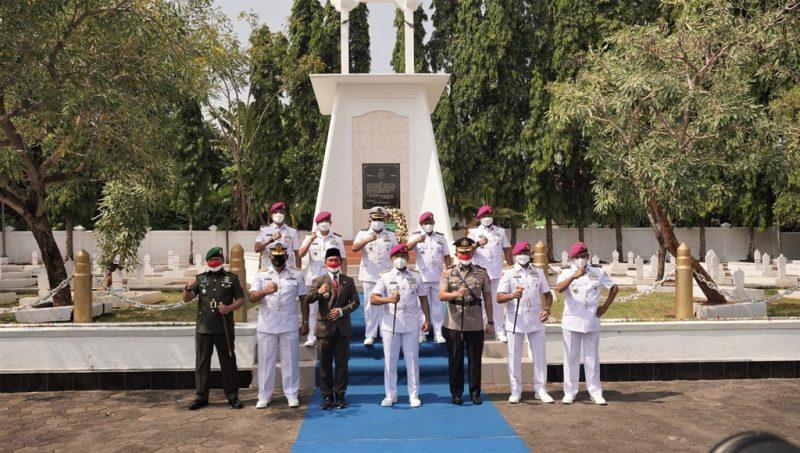 Mayjen TNI (Mar) Suhartono beserta rombongan ziarah ke Taman Makam Pahlawan  Kadilangu Batang. (Foto: MC Batang)