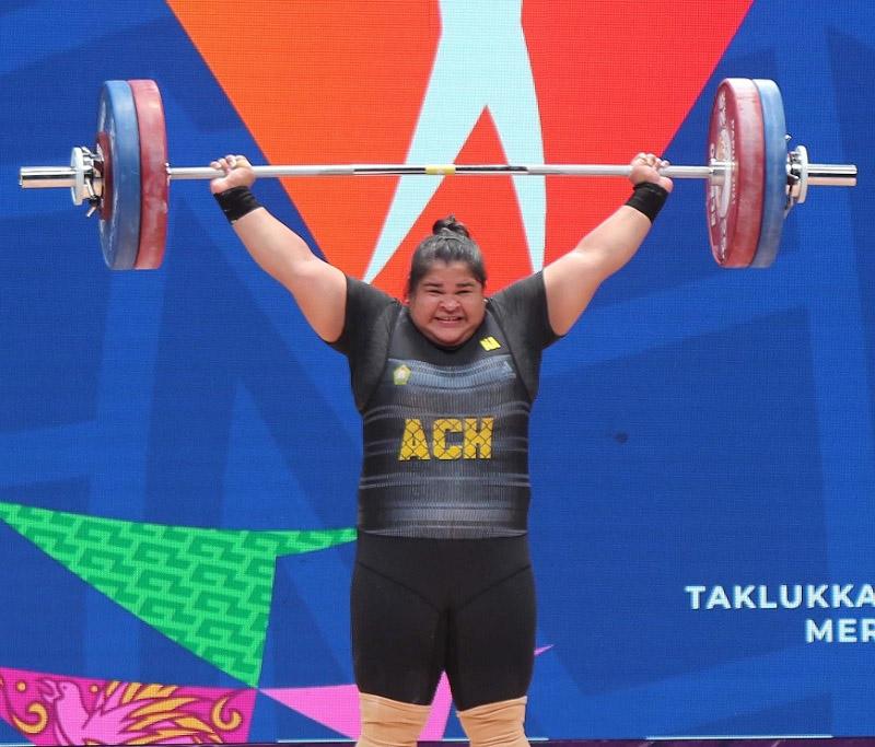 Lifter putri asal Aceh Nurul Akma berhasil meraih medali emas di klas 87 kg ke atas cabor angkat besi PON XX Papua 2021 di Auditorium Uncen Kota Jayapura 9 Oktober 2021.  (Foto: Dadang Tri/PB PON XX Papua)