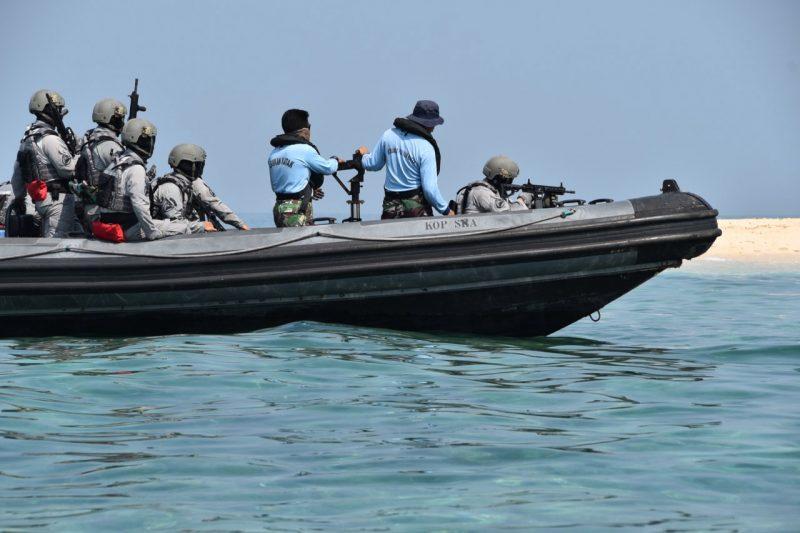 Special Response Team (SRT) melaksanakan latihan menembak reaksi di atas Rigid Hull Inflatable Boat (RHIB) di Pulau Wanara, Kepulauan Seribu. (Foto: Humas Bakamla RI)