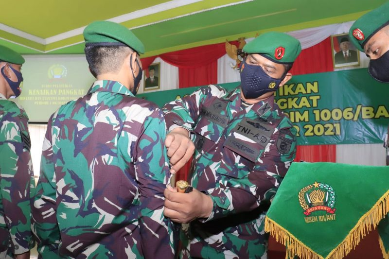 Dandim 1006/Banjar Letkol Inf Imam Muchtarom S.I.P memimpin upacara kenaikan pangkat 24 Prajurit Kodim 1006/Banjar. (Foto: Humas Kodim 1006 Banjar)